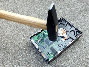 Hammer auf Festplatte